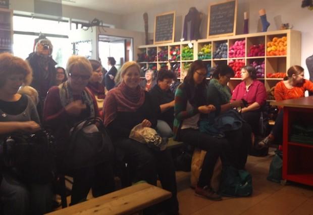 Das charmante Publikum im Meisenladen